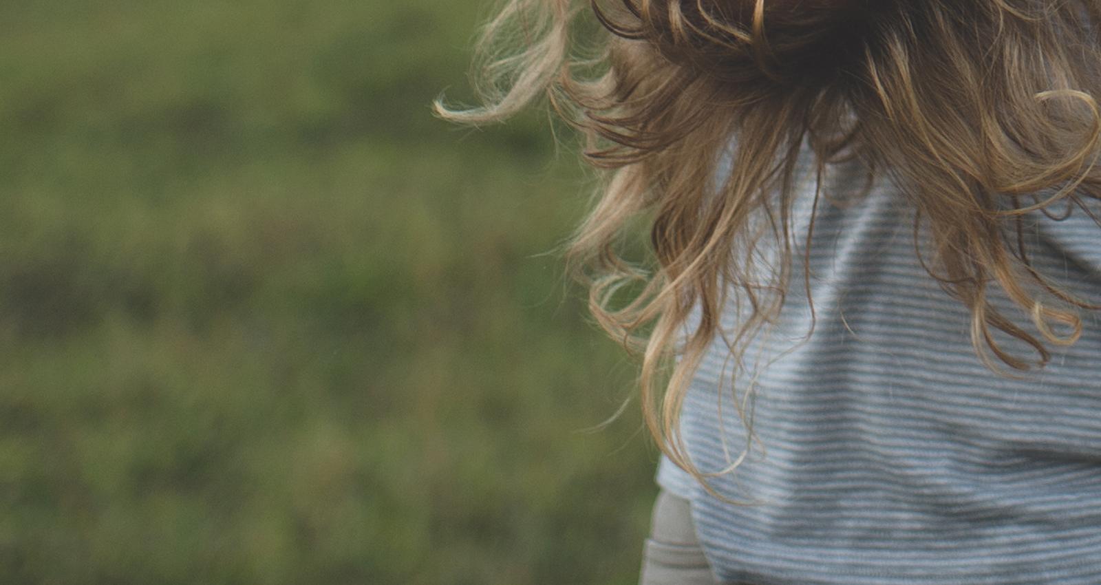 Mädchenhaare im Wind